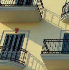 Лепнина васада здания песочного цвета NMC